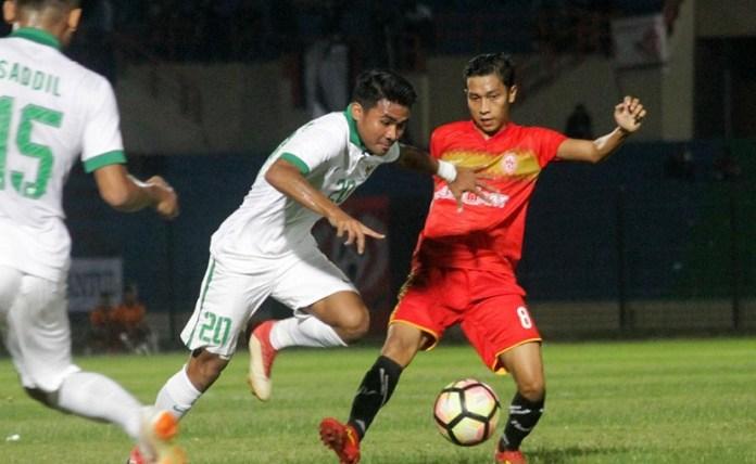 Persiba Bantul takluk 1-3 dari Timnas U-19 (putih), dalam laga uji coba di Stadion Sultan Agung, Bantul, pada Rabu (27/6). (Bola.com)