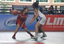 Putri Universitas Esa Unggul (UEU-putih) mengandaskan perlawanan Universitas 17 Agustus 1945 (UTA'45), di LIMA Basketball: Air Mineral Prim-A GJC 2018, pada Kamis (28/6). (LIMA)