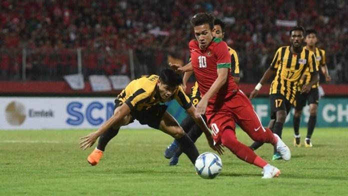 Striker Timnas U-19 Egy Maulana Vikri (10), gagal membawa timnya ke babak final Piala AFF U-18, usai takluk adu penalti 1-3 dari Malaysia U-19, di Stadion Gelora Delta Sidoarjo, Kamis (12/7) malam. (detik.com)