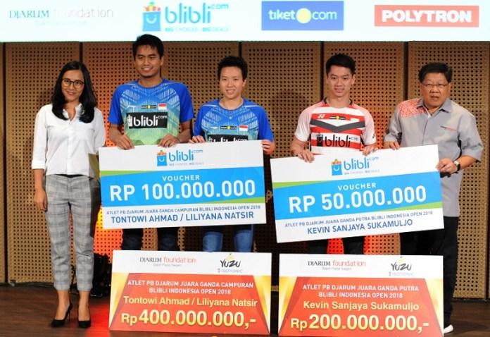 Sukses berkontribusi saat ajang Indonesia Open 2018, Djarum Foundation memberikan penghargaan bagi Tontowi, Liliyana, dan Kevin sebesar Rp 600 juta. (Pras/NYSN)