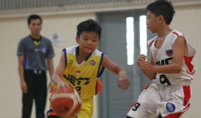 Aksi salah satu pemain Jetz Basketball (Kuning) saat berhadapan dengan Generasi Muda Cirebon (GMC) di ajang 'Metro Starlight Invitational 2018', 25-30 Juni. (Adt/NYSN)