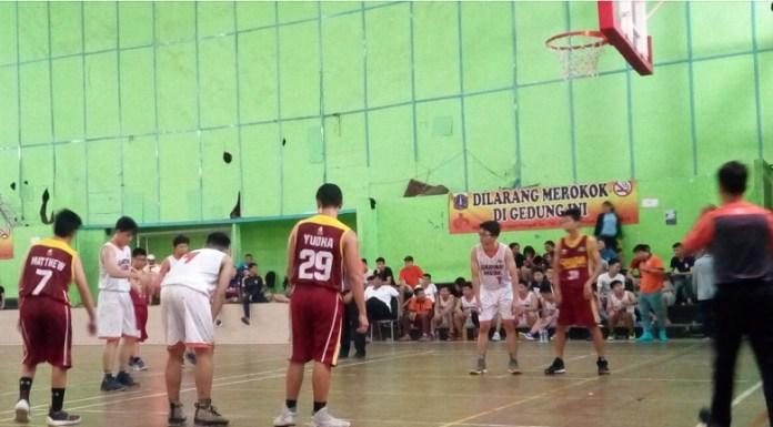 Tim basket putra Gading Muda (putih), menang telak atas Cakra Sakti, 127-18, di GOR Kebun Jeruk, Jakarta Barat, Kamis (12/7). (Adt/NYSN)