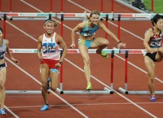 Emilia Nova (putih) tak menyangka, jika debutnya di Asian Games 2018 langsung menyabet medali perak, nomor lari gawang 100 meter putri, cabor atletik Asian Games 2018, di Stadion Utama Gelora Bung Karno (SUGBK), Minggu (26/8). (Pras/NYSN)
