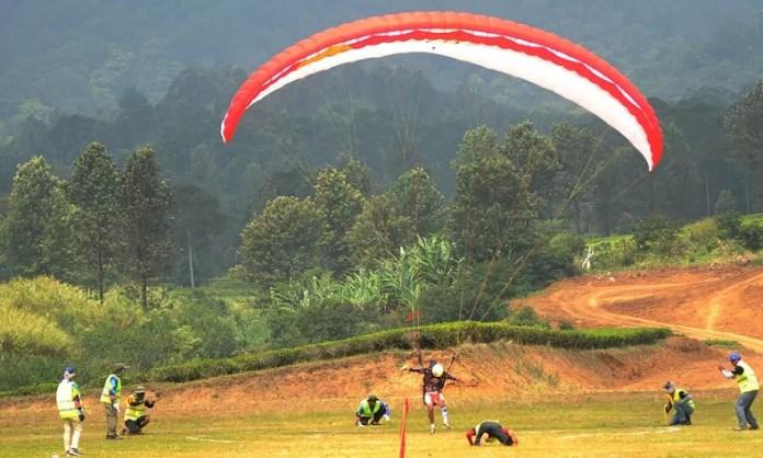 Paralayang menjadi cabang olahraga perdana yang dipertandingkan dalam Asiang Games 2018. Paralayang mempertandingkan dua kategori lomba, yakni Ketepatan Mendarat dan Lintas Alam (Cross Country), dengan titik lepas landas di kawasan Gunung Mas Puncak, Bogor. (bola.com)
