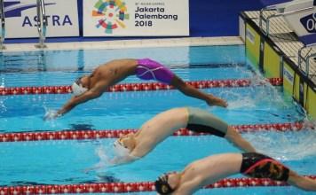 Perenang andalan Indonesia, I Gede Siman Sudartawa (ungu), akhirnya gagal mempersembahkan medali, hari pertama cabor renang Asian Games 2018, pada Minggu (19/8), di di Stadion Aquatik, Senayan. (Pras/NYSN)