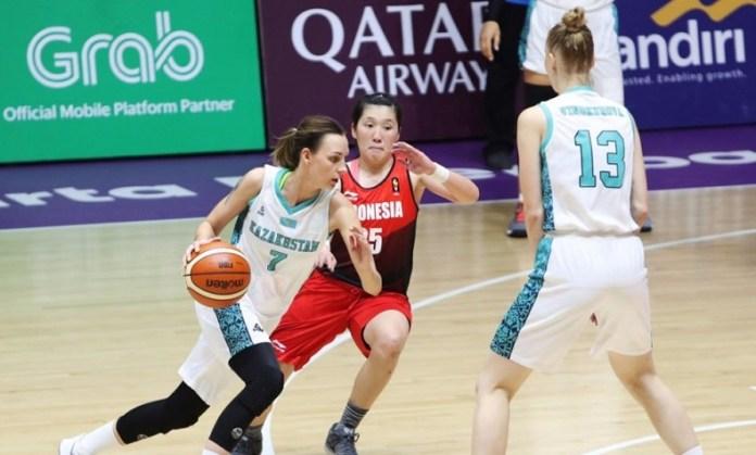 Pebasket Kazakhstan, Tamara Yagodkina (7) dibantu Center Anna Vinokurova (13), berusaha melewati hadangan Center Timnas Indonesia, Vonny Hantoro (15), dalam laga pemeringkatan bola basket putri Asian Games 2018 di Hall Basket Gelora Bung Karno, Senayan, Jakarta, Selasa (28/8). (INASGOC)