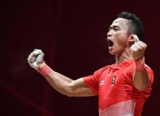 """Lifter Indonesia Triyatno, meluapkan emosinya usai berhasil melakukan angkatan """"snatch"""", pada nomor angkat besi putra 69 kg grup A Asian Games 2018, di JiExpo, Jakarta, Rabu (22/8). (antarafoto.com)"""