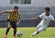 Gelandang Timnas U-16, Andre Oktaviansyah (kanan) mencoba menghadang laju pemain Malaysia U-16 pada laga uji coba di Stadion Petaling Jaya, Selangor, 6 Juli 2018. (facebook.com/FAM official)