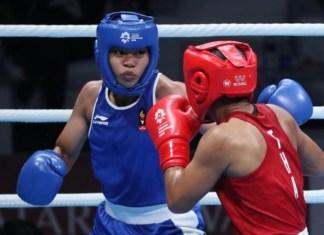Kalah dari atlet Thailand, Sudaporn Seesondee (merah), petinju putri kelahiran Lombok, 27 Januari 1998, Uswatun Hasanah (biru), meraih medali perunggu Asian Games 2018 kelas 60 kg putri, pada Jumat (31/8). Raihan itu jadi sejarah baru, karena kali pertama, tinju putri mendulang medali di kancah Asian Games. (liputan6.com)