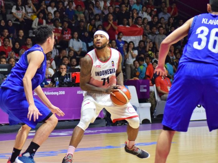 Shooting guard Indonesia Jamarr Andre Johnson menjadi bintang dengan menciptakan 28 poin. Serta pahlawan kemenangan atas Thailand dengan skor 98 - 86, di Hall Basket Gelora Bung Karno, Senayan, Jakarta Pusat, Senin (20/8). (Riz/NYSN)