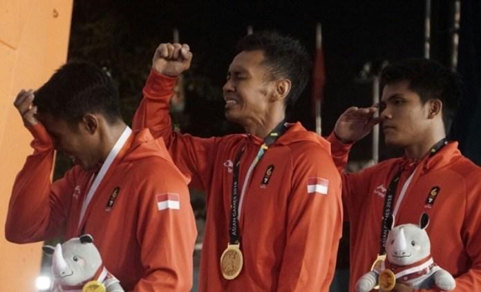 Trio tim speed relay Indonesia, Rindi Sufriyanto (kiri), Abu Dzar Yulianto (kanan), dan M. Hinaya, sukses meraih medali emas cabang panjat tebing Asian Games 2018, di Jakabaring Sport City, Palembang, Sumatera Selatan (Sumsel). (FPTI)