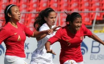 Timnas Putri U-16 (merah) harus mengakui ketangguhan Australia dengan skor telak 0-11, dalam laga ketiga babak kualifikasi Piala Asia U-16 Putri, di Stadion Dolon Omurkazov, Kirgizstan, pada Rabu (19/9). (istimewa)