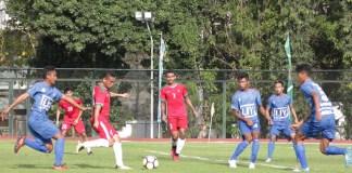 Winger Timnas U-19, Aulia Hidayat (merah) berusaha melepaskan sepakan ke arah gawang Persibara Banjarnegara, dalam laga uji coba di Stadion UNY, Depok, Sleman, pada Sabtu (8/9). Timnas U-19 berhasil menang 2-1 pada laga itu. (kampiun.id)