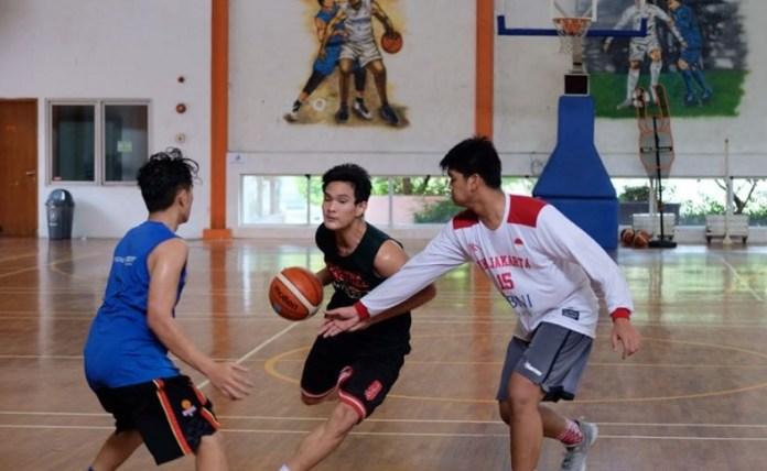 Saddam Asyurna (kaos hitam) saat mengikuti training center jelang keberangkatan tim basket putra sekolah Kharisma Bangsa ke Paris, Perancis, mengikuti kejuaraan dunia basket antar SMA, Juli lalu. (Adt/NYSN)