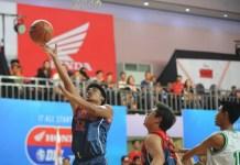 Tim SMA Kolese Kanisius (hijau) menjajal tim berstatus debutan, SMAN 110 Jakarta, dalam laga perdana Honda DBL DKI Jakarta Series 2018, regional Jakarta Utara dan Pusat (North Region), di GOR Cempaka Putih, pada 22-29 September. (Pras/NYSN)