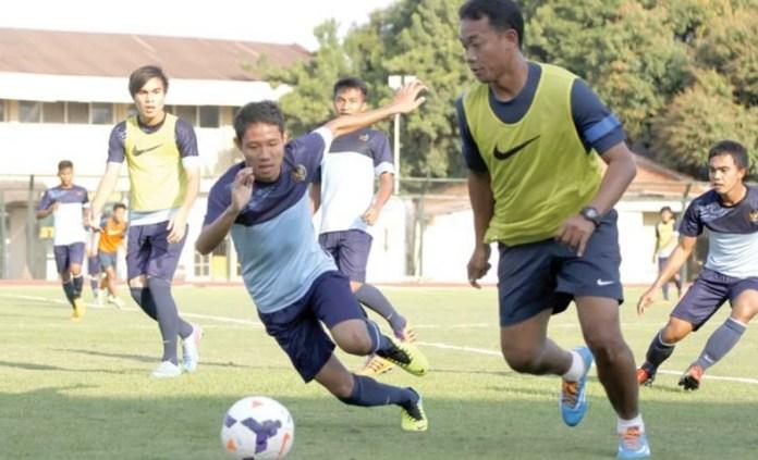 Eko Purjianto (kanan) besama Evan Dimas (kiri) saat dalam sesi latihan Timnas U-19 pada 2013 lalu. Eko merupakan salah satu skuad Timnas U-16 pada 1990 yang tampil dalam putaran final Piala Asia U-16, yang berlangsung di Uni Emirat Arab (UEA). (antarafoto)