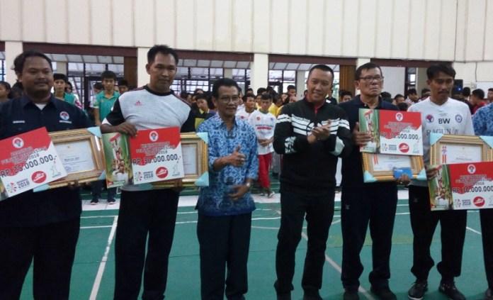 Menteri Pemuda dan Olahraga (Menpora) Imam Nahrawi memberikan penghargaan dan bonus kepada pelatih dan asisten pelatih SKO Ragunan, Jakarta, pada Senin (17/9), yang berjasa mengantarkan para atlet berprestasi di Asian Games 2018. (Adt/NYSN)