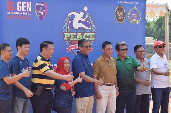 Yayasan Generasi Indonesia Internasional (IDGEN) dan Komunitas Sepak Bola Uni Papua, resmi menggelar Festival Sepak Bola untuk Perdamaian (Football for Peace Festival) 2018, di Stadion Soemantri Brodjonegoro, Jakarta Selatan (Jaksel), pada Sabtu (22/9). (Riz/NYSN)