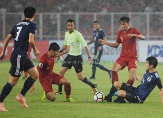 Duo Timnas U-19, Witan Sulaeman (8/merah) dan Hanis Saghara (19/merah), saat berduel dengan bek Jepang U-19, Daiki Hashioka (4), yang tampil di tengah guyuran hujan, saat laga perempat final Piala Asia U-19 2018, di Stadion Utama Gelora Bung Karno (SUGBK), Senayan, Jakarta, Minggu (28/10). Indonesia takluk 0-2, dan gagal lolos Piala Dunia U-20 2019 di Polandia. (Pras/NYSN)