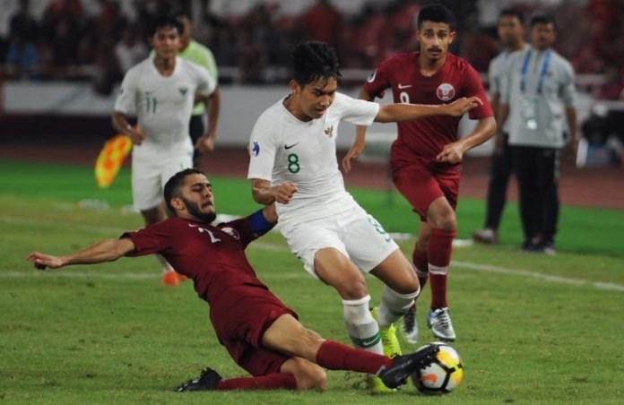 Usai takluk 5-6 dari Timnas U-19 Qatar di Stadion Utama Gelora Bung Karno, Jakarta, Minggu (21/10), ternyata peluang Witan Sulaiman (8/putih) dan kolega untuk lolos dari fase grup Piala Asia U-19 2018, masih besar. (Pras/NYSN)