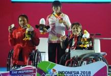 Ni Nengah Widiasih (merah/kiri), atlet powerlifting putri Indonesia, harus puas meraih medali perak pada Asian Para Games 2018. Kondisi bahu kirinya yang bermasalah, memaksa atlet asal KArangasem, Bali ini gagal pada laga final kelas 41 kg putri, di Balai Sudirman, Jakarta Selatan, Minggu (7/10). (Pras/NYSN)