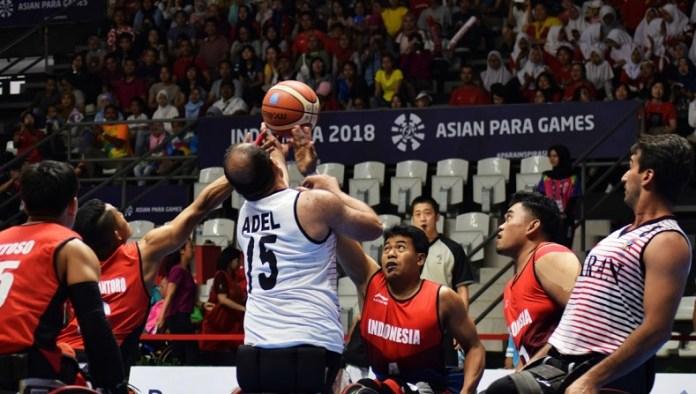 Timnas basket kursi roda Indonesia (merah) harus mengakui ketangguhan Iran, dengan skor 17-117, pada laga perdana Asian Para Games 2018. Tampil di Hall Basket Senayan, Jakarta, pada Minggu (7/10), tim merah puith memang kalah kelas dengan tim yang kini menghuni peringkt empat dunia itu. (Riz/NYSN)
