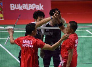 Ukun Rukaendi/Hary Susanto memberi selamat kepada pasangan Korea Selatan (Korsel) Sun Woo Jeon/Dong Jae Joo setelah takluk di laga perempat final cabang olahraga bulutangkis kategori SL3-SL4 (kecacatan kaki), di Istora Senayan, Jakarta (11/10). (Rizal/NYSN)