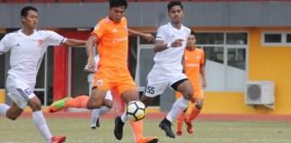Persija Jakarta U-19 (oranye) memastikan diri menjadi juara Grup A Liga U-19, usai laga terakhir membantai PS TIRA U-19 dengan skor telak 7-1, di Stadion Atletik Luar, Kompleks Jakabaring, Palembang, Selasa (30/10). The Young Tiger pun melaju ke babak delapan besar Liga 1 U-19 2018. (Persija.id)