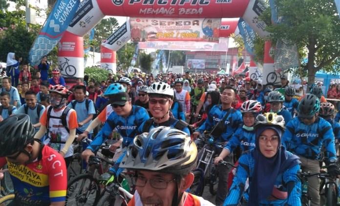 Sekitar 3000 peserta memeriahkan event Sepeda Nusantara 2018 etape Palembang, Sumatera Selatan, pada Sabtu (20/10), yang menempuh jarak sepanjang 23 km, melintasi beberapa ikon kota seperti Monpera (Monumen Penderitaan Rakyat), Jembatan Ampera, dan Jakabaring Sport Center (JCS). (istimewa)