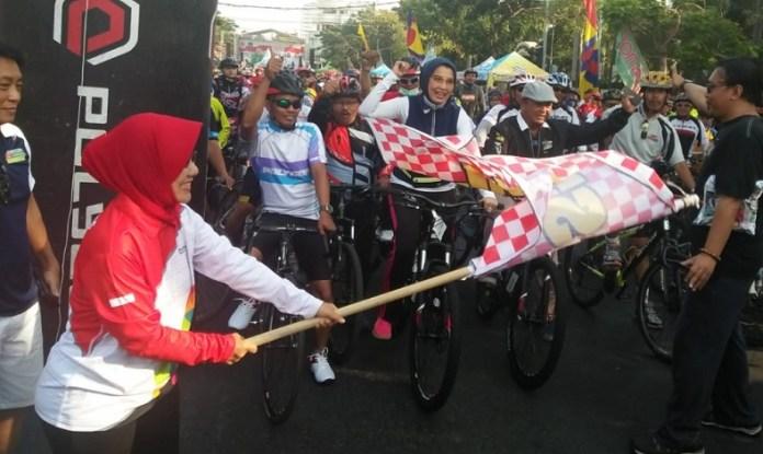 Kehadiran Arzeti Bilbina, Anggota Komisi X DPR RI, dalam Sepeda Nusantara 2018 Etape Surabaya, Jawa Timur, menambah semarak program unggulan Kemenpora di bawah payung 'Ayo Olahraga', yang dikomandoi Imam Nahrawi, Menteri Pemuda dan Olahraga (Menpora). (Kemenpora)