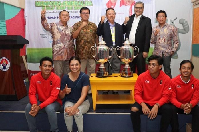 Ketua Perkumpulan Akademi Golf Indonesia (PAGI) Mudjo Suwarno (kiri), Deputi III Kemenpora Raden Isnanta (kedua kiri), Wakil Sekretaris Jenderal Persatuan Golf Indonesia (PGI) I Gusti Putu Gede (ketiga kanan), perwakilan Emeralda Golf Club Fajarudin Simanjuntak (kedua kanan), dan CEO Rych Water Grup Rudy Chandra, dalam jumpa pers Turnamen Piala Menpora-Emeralda 2018 bersama atlet-atlet golf nasional, di Kementerian Pemuda dan Olahraga di Jakarta, Selasa (23/10). (Antaranews.com)