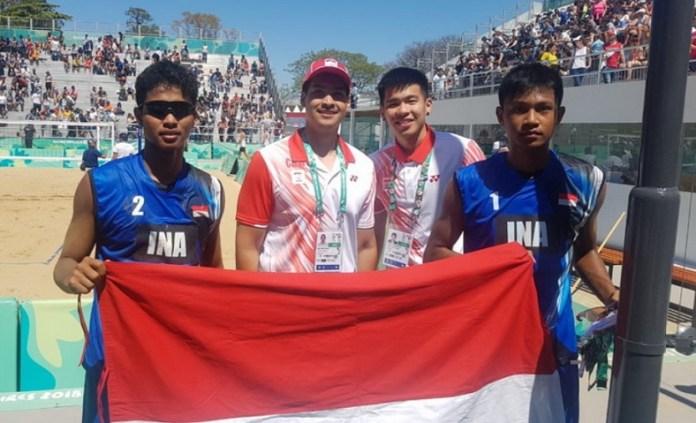 Tim Voli Pantai Putra Indonesia di Youth Olympic Games 2018, yang diwakili Danang Herlambang (kiri) dan Akbar Bintang, sukses menekuk duet Amerika Serikat, Timothy Brewster dan John Schwengel, dengan skor tipis 23-21 dan 21-18. (Kemlu RI)