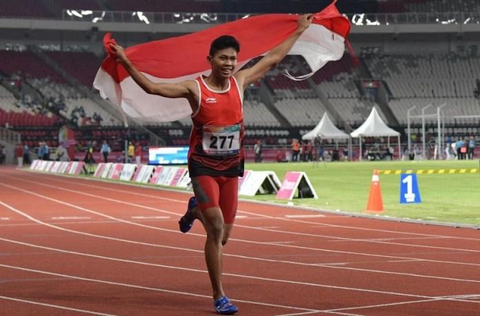 Sapto Yogo Purnomo meraih medali emas setelah membukukan catatan waktu 11,49 detik, sekaligus memecahkan rekor Asia, di Main Stadium, Gelora Bung Karno (GBK) Senayan, Jakarta, Selasa (9/10). (Kemenpora)
