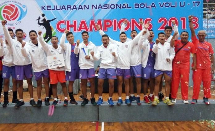 Tim putra Sukun Muda Jawa Timur menjadi kampiun Kejurnas Bola Voli Usia (U)-17 Tahun, usai mengalahkan Elektrik PLN Sulawesi Utara, dengan skor 3-2 (20-25, 25-18, 25-14, 23-25, dan 17-15). di Gelanggang Olahraga (GOR) Pasar Minggu, Jakarta Selatan, pada Sabtu (24/11). (Adt/NYSN)