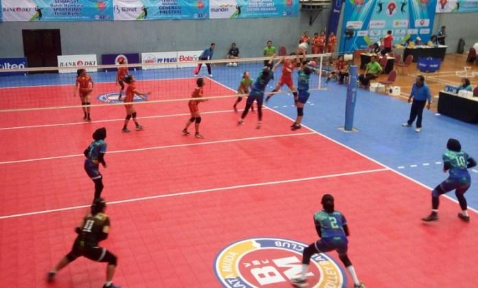 Tim putri Tectona Bandung (hijau/kanan) lolos ke semifinal Kejurnas Bola Voli U-17 usai mengalahkan Yuso Sleman dengan skor 3-0 (25-21, 25-19, 25-17), di GOR Pasar Minggu, Jakarta Selatan, pada Jumat (23/11). (Adt/NYSN)