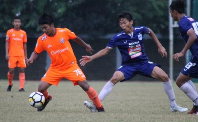Liga 1 U-19 2018 telah memasuki babak perempat final. Dua rival bebuyutan, Persija Jakarta U-19 (oranye) dan Persib Bandung U-19 berada di grup yang sama, bersaing di Grup A bersama Persebaya Surabaya U-19 dan PSM Makassar U-19. (Persija.id)