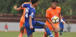 Persija Jakarta U-19 (oranye) harus takluk 0-4 dari Persib Bandung U-19, di pertandingan pertama babak 8 besar Liga 1 U-19 2018. Namun, peluang The Young Tiger menuju fase semifinal Liga 1 U-19 2018 sebenarnya masih terbuka lebar. (goal.com)