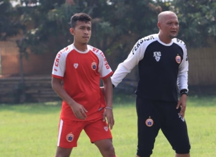 Pelatih Perrsija Jakarta U-19, Sudirman (kanan/hitam), terus memantapkan timnya jelang menghadapi Persib Bandung U-19 dalam laga final Liga U-19 melawan Persib Bandung U-19, pada Senin (26/11) di Stadion Kapten Dipta, Gianyar, Bali. (Persija.id)