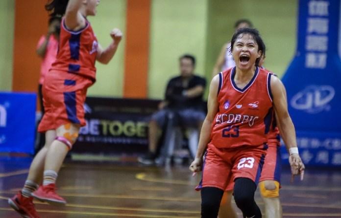 Siti Getanamira (23), point guard Scorpio Jakarta, meluapkan ekspresi kegembiraan usai tim-nya meraih kemenangan atas GMC Cirebon, dengan skor 59-57, di GOR Merpati, Denpasar, Bali, pada Senin (26/11). (Srikandi Cup)