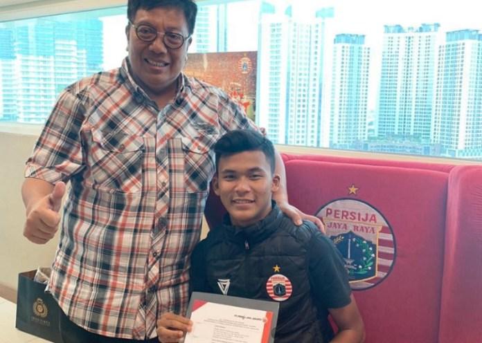 Persija Jakarta resmi mendapat amunisi baru usai mendatangkan bomber Timnas U-16, Sutan Diego Armando Ondriano Zico (jaket hitam). Striker Garuda Asia ini diberikan kontrak oleh manajemen Persija selama tiga tahun. (Persija.id)