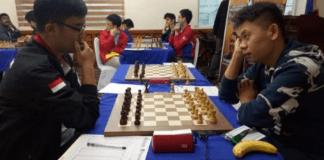 Pecatur Indonesia, IM Yoseph Theolifus Taher (kiri) berhasil menahan remis pecatur China yang memiliki gelar Super Grandmaster, GM Wang Hao (kanan), yang juga unggulan utama 17th Asian Continental Chess Championship, di Makati, Filipina. (jpnn.com)