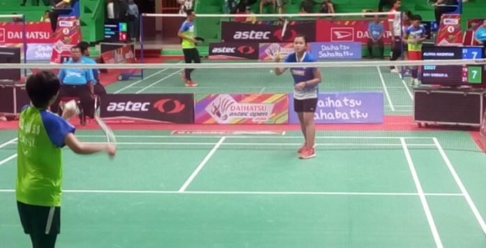Alivia Nadifah Salma (Mutiara Cardinal Bandung/kanan), berhasil membuat kejutan, di babak 16 Besar kejuaraan bulutangkis Daihatsu ASTEC Open Badminton Championship 2018, pada Rabu (5/12). Ia mengalahkan unggulan tujuh, Siti Sarah Azzahra (PB Exist Jakarta), dalam laga rubber game, 21-19, 19-21, 21-18. (Adt/NYSN)