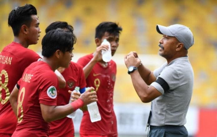 Fakhri Husaini memberikan instruksi kala Timnas U-16 berlaga melawan Australia. PSSI belum menentukan pelatih Timnas U-19. Padahal, Timnas sudah dinanti dua agenda penting pada 2019. Timnas U-19 akan tampil di Piala AFF U-18 dan Kualifikasi Piala Asia U-19 2020. (AFC.com)