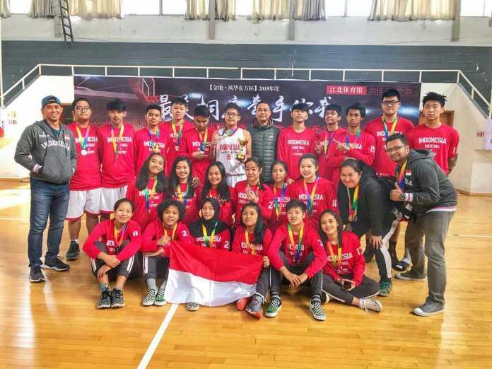 Tim basket Indonesia yang tergabung dalam Indonesia Youth Selection berhasil membawa pulang medali perak dan perunggu di ajang China Winter U-17 International Basketball Championship 2018, di Tonglu, Hangzhou, China, pada 21-25 Desember 2018. (Istimewa)
