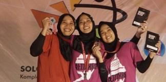 Aries Susanti Rahayu (Jawa Tengah) meraih medali emas nomor speed world record putri Kejurnas Panjat Tebing di Solo, Jawa Tengah, usai mengalahkan rekan satu Pelatnas Puji Lestari (kiri), pada Jumat (30/11). Sementara, pemanjat junior 19 tahun, Berthdigna Devi Surya Kusuma (kanan), mendapat perunggu. (FPTI)