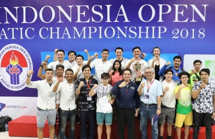 Klub renang millennium aquatic berpose setelah memastikan diri sebagai juara umum pada 2nd Indonesia Open Aquatic Championship 2018, di Stadion Akuatik, Senayan, Jakarta, Rabu (5/12). MNA menjadi juara dengan meraih 29 medali emas, 30 perak dan 25 perunggu. (PRSI)