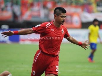 Bambang Pamungkas (Pemain Persija) melakukan selebrasi pada pertandingan melawan 757 Kepri Jaya FC.