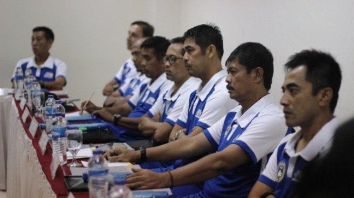 Pelatih Timnas Indonesia U-22, Indra Sjafri (kedua dari kanan), yang akan berangkat ke Spanyol, menyebut klub La liga, Real Betis, bakal menjadi objek penelitiannya, dalam modul keenam, untuk mendapatkan lisensi pelatih A AFC Pro. (tribunnews.com)