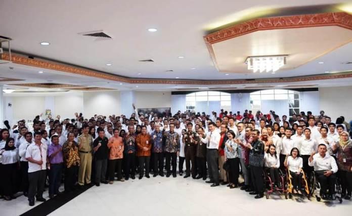 Imam Nahrawi (Menpora) menyerahkan SK CPNS kepada 286 atlet berprestasi menjadi ASN di Wisma Kemenpora, Senayan, Jakarta, pada Selasa (2/4). (Adt/NYSN)