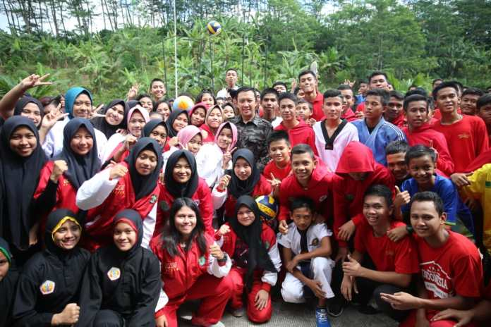 Imam Nahrawi (Menpora), mengunjungi Sekolah Khusus Olahraga Internasional (SKOI) Provinsi Kalimantan Timur (Kaltim), di Kota Samarinda, Selasa (21/5). (Kemenpora)